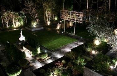 Sfruttare il giardino con l'illuminazione