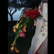 bouquet di amarilli con fiore rosso singolo